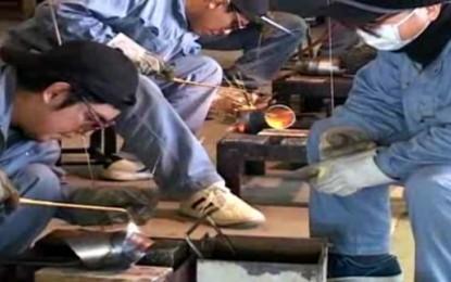 津高等技術学校で職業訓練を受けている外国人生徒の学習様子