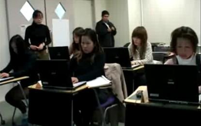 NPO法人伊賀の伝丸は三重県在住の外国人達のためのパソコン講座を開催しています。 開催者は、身に付けたパソコンの知識によって日本の公共機関や企業に就くことができた来日者二人のゲストを招き入れ、参加生徒達のために特別な講演を用意しました。その目的は生徒達を奨励し、彼らの活動できる範囲が多種多様であることを気づかせるためです。